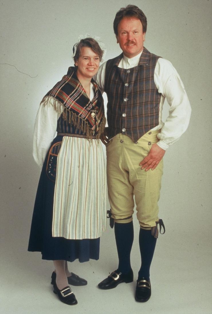 Kvinnlig och manlig dräkt Västervåla socken